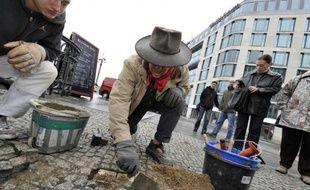 """Un """"pavé de la mémoire"""" est placé dans une rue de Berlin par l'artiste Gunter Demnig, le 27 mars 2010"""