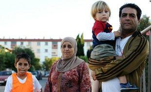 Une faille de réfugiés venus de Homs en Syrie installés dans un immeuble promis à la démolition à Toulouse en France, le 11 septembre 2015
