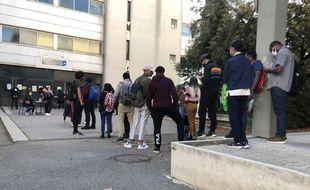 Des étudiants de l'université d'Aix-Marseille attendent une distribution de colis alimentaires.