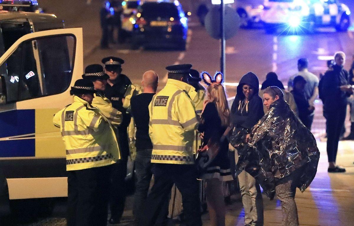 Les secours prennent en charge des spectateurs après une explosion à la salle de concerts Manchester Arena, le 22 mai 2017. – Peter Byrne/AP/SIPA