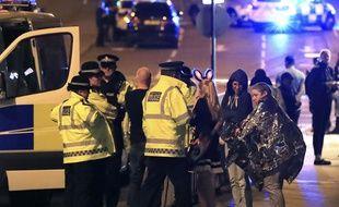 Les secours prennent en charge des spectateurs après une explosion à la salle de concerts Manchester Arena, le 22 mai 2017.
