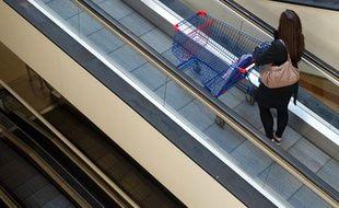 Femme faisant ses courses dans un superrmarché.
