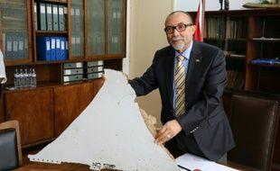 Le président de l'aviation civile du Mozambique Joao de Abreu, présente un débri d'avion, lors d'une conférence de presse le 3 mars 2016 à Maputo