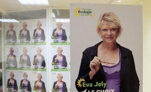 La campagne d'Eva Joly (Europe Ecologie-Les Verts), qui ne bénéficiera que d'un faible budget global par rapport aux gros partis, cherche à se booster sur internet, entre clips décalés et appels aux dons.
