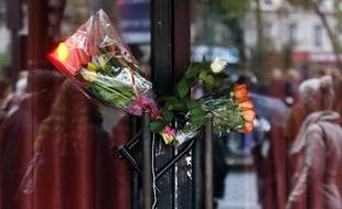Des fleurs sur les portes du Bataclan en hommage aux victimes du 13 novembre 2015. (Illustration)
