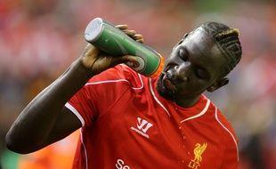 Mamadou Sakho se désaltère pendant un match avec son club de Liverpool