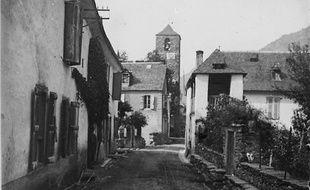 Une rue sans nom d'un village sans nom issue du fonds Chevillot.