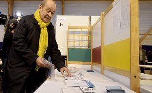 Jean-Yves Le Drian ici lors de son vote au premier tour des régionales à Guidel, dans le Morbihan.