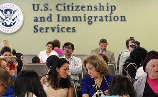 Illustration d'immigrants attendant la «green card» auprès des services américains à New York, le 30 mai 2013.