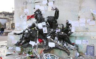 Deux semaines après les attentats de Paris du 13 novembre, revendiques par Daesh, qui ont fait 130 morts et 351 blesses, les lyonnais continuent a rendre un hommage en déposant des mots, des bougies, des dessins, et toutes sortes d objets au centre de la place Bellecour.  Credit:XAVIER VILA/SIPA