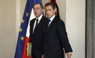 Accusé par Mediapart de piloter des opérations illégales de surveillance de journalistes, le bras droit du président Nicolas Sarkozy, Claude Guéant, a décidé de contre-attaquer en portant plainte contre le site d'information en ligne.