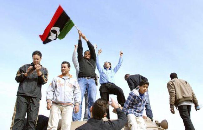 Des opposants à Kadhafi sur un tank de l'armée libyenne, à Benghazi, le 21 février 2011.