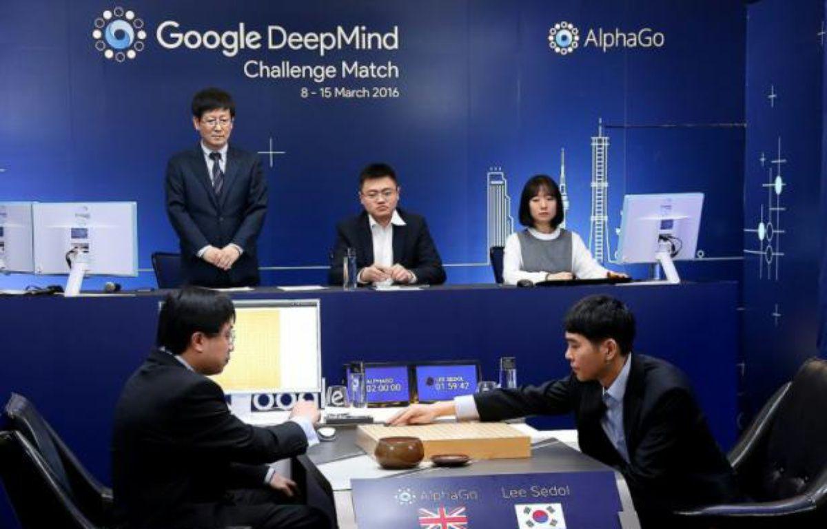 Lee Se-Dol (d) meilleur joueur mondial du jeu de go affronte l'ordinateur AlphaGo à Séoul, le 8 mars 2016 – GOOGLE DEEPMIND Google DeepMind