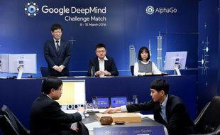 Lee Se-Dol (d) meilleur joueur mondial du jeu de go affronte l'ordinateur AlphaGo à Séoul, le 8 mars 2016