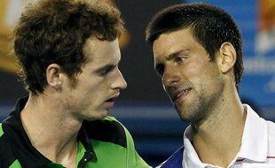 Andy Murray (à gauche) et Novak Djokovic lors de la finale de l'Open d'Australie le 30 janvier 2011. Les deux finalistes se dressent sur la route des français cette année.