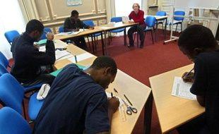 Des mineurs étrangers isolés étudient dans un lieux d'accueil de la Croix-Rouge, le 12 novembre 2002 à Taverny