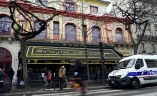 Des passants devant le Bataclan, le 24 décembre 2015 à Paris