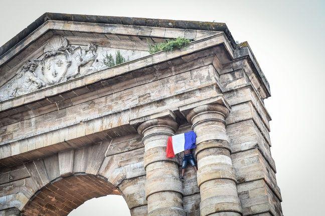 Un homme fête les Bleus à Bordeaux, le 15 juillet 2018.