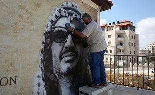 Une équipe du laboratoire suisse qui doit effectuer des prélèvements sur la dépouille de Yasser Arafat s'est rendue lundi à Ramallah pour examiner sa tombe et rencontrer des responsables palestiniens, selon des sources concordantes.