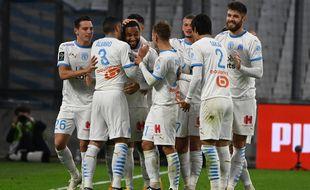 Jordan Amavi, buteur contre Bordeaux, entouré de ses coéquipiers après son but.