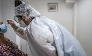 La France a enregistré 10.008 nouveaux cas de Covid-19 en 24 heures tandis que le taux de positivité des tests continue de grimper, selon les données publiées mardi par Santé publique France.