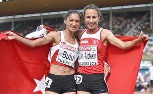 Asli Cakir-Alptekin (à dr.) lors de son titre sur 1.500m aux championnats d'Europe d'Helsinki, le 1er juillet 2012.