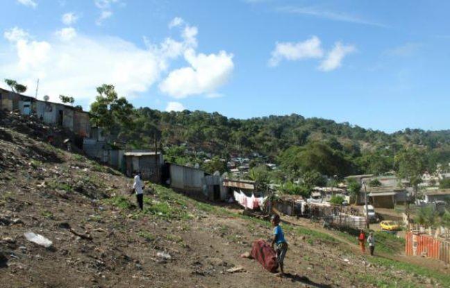 Des enfants jouent aux abords de Kaweni, un bidonville proche de Mamoudzou, à Mayotte, le  20 décembre 2015