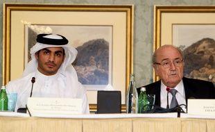 Le président de la Fifa Sepp Blatter et celui du comité d'organisation du Mondial 2022 au Qatar, lors d'une conférence de presse à Doha en novembre 2013.