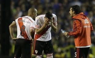 Le match entre Boca Juniors et River Plate a mal tourné après le jet de produit chimique sur les joueurs...