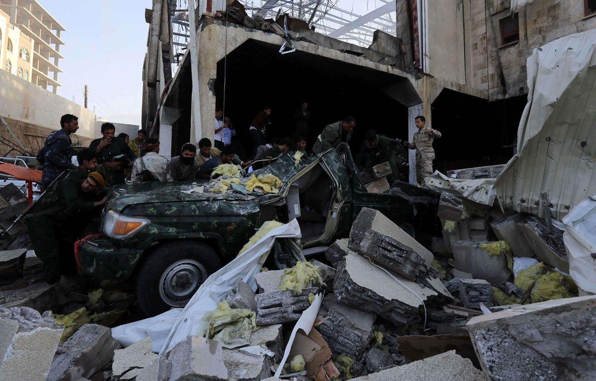 Les secours cherchent des corps dans les décombres de bombardements au Yémen à Sanaa, le 8 octobre 2016, après des frappes aériennes attribuées à la coalition menée par l'Arabie saoudite. – O. Abdulrhman/AP/SIPA