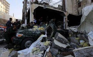 Les secours cherchent des corps dans les décombres de bombardements au Yémen à Sanaa, le 8 octobre 2016, après des frappes aériennes attribuées à la coalition menée par l'Arabie saoudite.