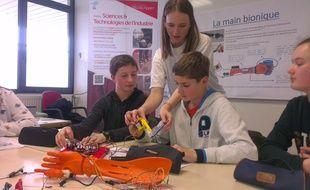 Les lycéens présentent leur travail à d'autres élèves lors d'une visite dans un collège.