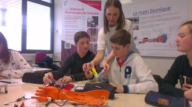 Les lycéens présentent leur travail à d'autres élèves lors d'une visite dans un collège. – D. Chevalier