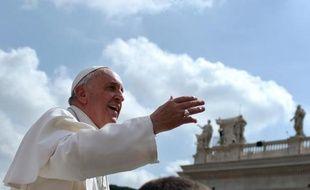 Le pape François sur la place Saint-Pierre, au Vatican, le 2 avril 2014