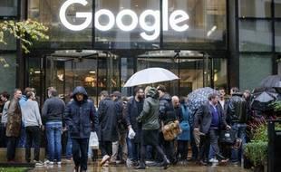 Les employés de Google manifestent devant le siège britannique de l'entreprise, à Londres.