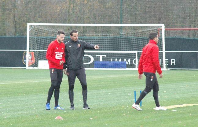Le coach Julien Stéphan en pleine discussion lundi avec le défenseur Jérémy Gélin.