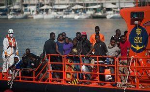 Des migrants secourus par les sauveteurs en mer.