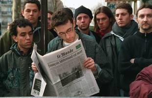 Devant le domicile des Mitterrand, rue de Bièvre à Paris, le 8 janvier 1996.