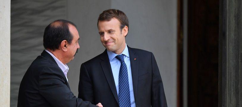 Emmanuel Macron avec Philippe Martinez, secrétaire général de la Confédération générale du travail (CGT), sur le perron de l'Elysée le 12 octobre 2017.
