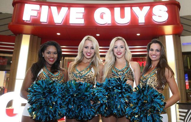 Des pom-pom girls devant un restaurant Five Guys