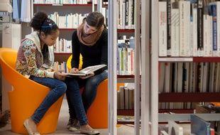 Une étudiante bénévole de l'AFEV aide scolairement une collégienne.
