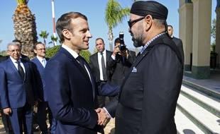 Emmanuel Macron, avec le roi du Maroc, Mohammed VI, à son arrivée à l'aéroport de Tanger, le 15 novembre 2018.