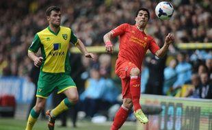 Luis Suarez au duel avec Jonny Howson de Norwich, le 20 avril 2014.