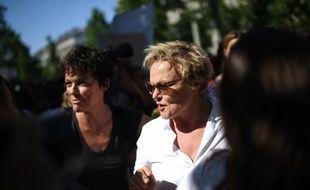 Muriel Robin au côté de sa compagne Anne Le Nen lors d'une journée de mobilisation contre les violences faites aux femmes, le  6 juillet 2019 à Paris.