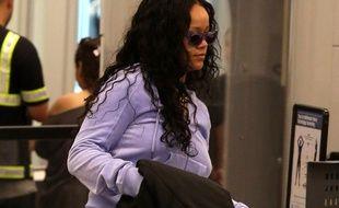 La chanteuse Rihanna arrivant à l'aéroport de Los Angeles
