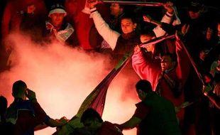 Le 12 octobre 2005, les supporters serbes brûlent un drapeau bosniaque au stade Marakana à Belgrade (Serbie)