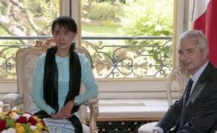 L'opposante birmane Aung San Suu Kyi a été reçue à déjeuner jeudi à l'Assemblée nationale par son nouveau président Claude Bartolone (PS) après une série d'entretiens avec d'autres responsables français.