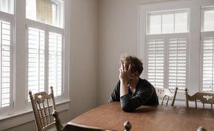 Un homme seul dans sa cuisine