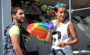 L'ex-Femen Amina Sboui (d) discute avec Ahmed Ben Amor, vice-président de l'association Shams de défense des homosexuels, le 3 octobre 2015 à Tunis