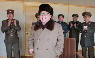Photographie non datée transmise par l'agence de presse officielle nord-coréenne le 2 avril 2016 montrant le chef d'Etat Kim Jong-Un (c) inspectant un test de lancement d'un nouveau type de missile